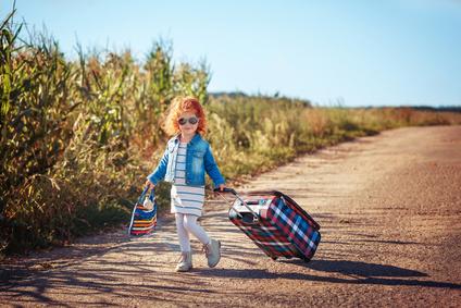 Ein Kind mit Koffer