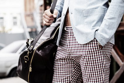 Mann mit einer Tasche aus Leder